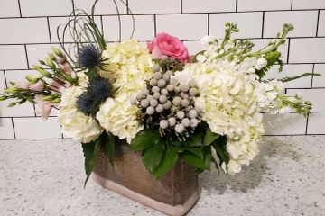 Centerpiece flower arrangement with rose and hydrangea