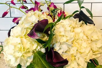 Centerpiece arrangement hydrangeas, calla lilly