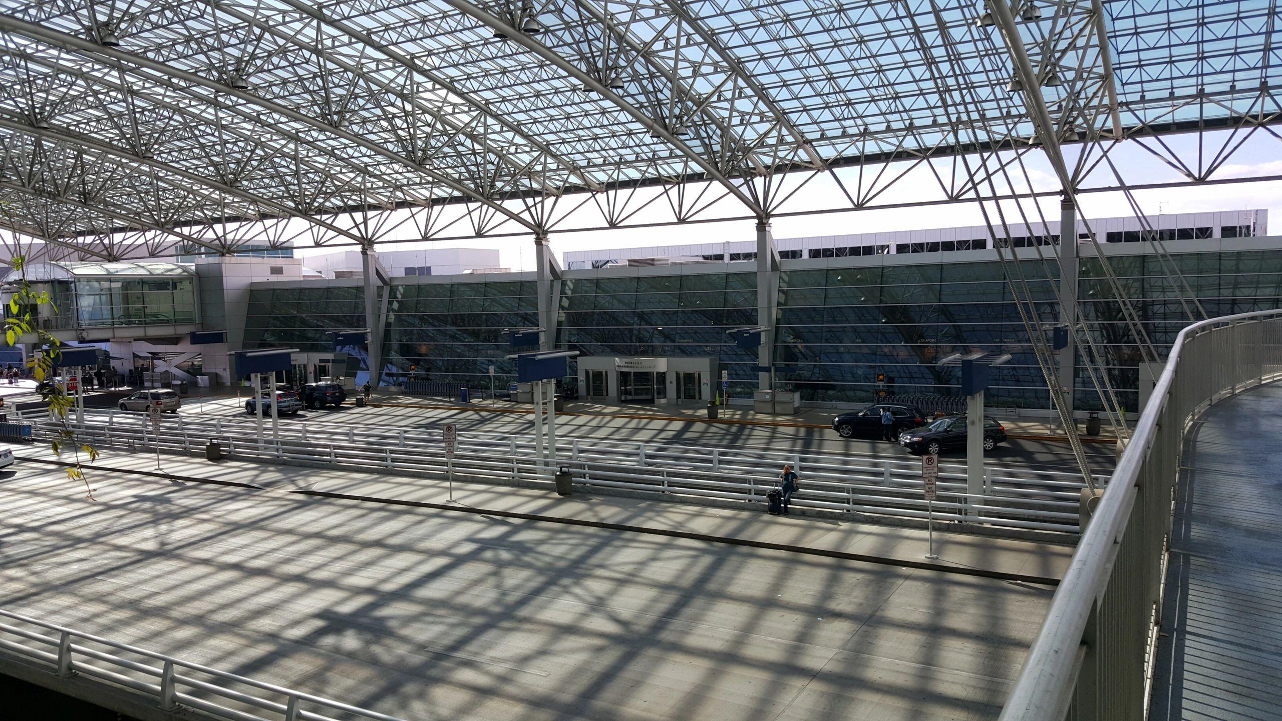 A Aardvark Airport Shuttle Llc Towncar Airport...