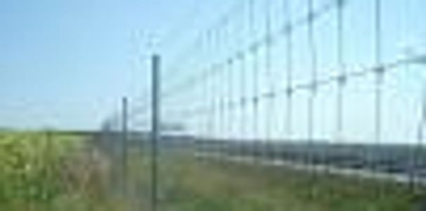 Alabama Guardrail  provides several types of controlled access fencing.  Woven wire fencing for anim