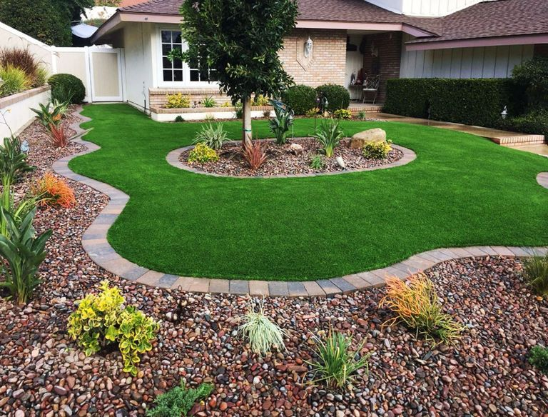 Well edged Maricopa landscaping without weeds. Pre-emergent weed preventer keeping new weeds away.
