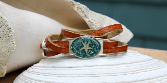 Leather wrap bracelet in turquoise shell with starfish (band color-saddle)
