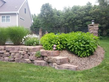 Retaining wall with plantings