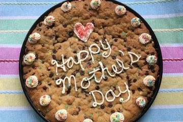 cookie cake, pizzookie, chocolate chip cookies, happy mother's day