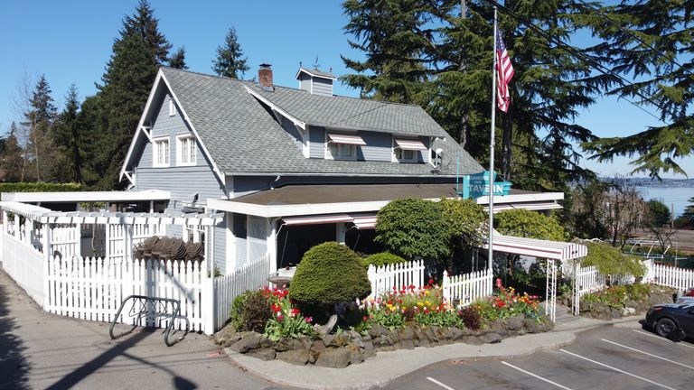 Springtime at the Roanoke Inn Mercer Island