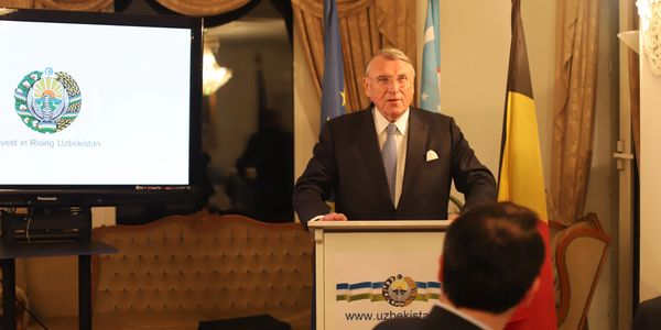 Klaus Mangold making a speech at the inaugural ceremony of Europe-Uzbekistan Association (EUROUZ)