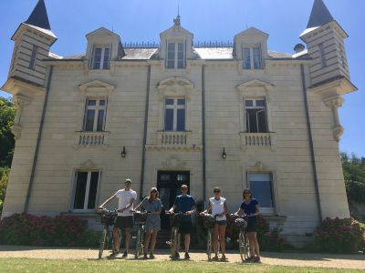 Guests starting their vineyard tour from their accommodation in Chinon