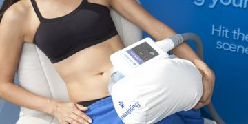 Cooling device being place on the area to receive Coolsculpting treatment.