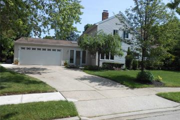 17 Serpentine Ln, Levittown