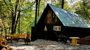 GOLD MINERS CABIN at Bear Creek in Helen Ga, Private Hot Tub, Mountainside 1 King/1 Queen/5 Twins