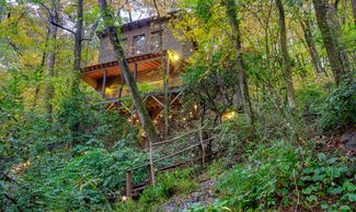 The TREEHOUSE at Bear Creek in Helen, Ga 1 Queen/1 Twin/1 Full, Sleeps 5, Grand Porch, Hot Tub Below