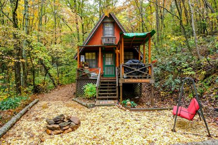 HILLTOP LOFT at Bear Creek Lodge and Cabins in Helen Ga Mountainside  Fire Pit 1 Q & 3 T Sleeps 5