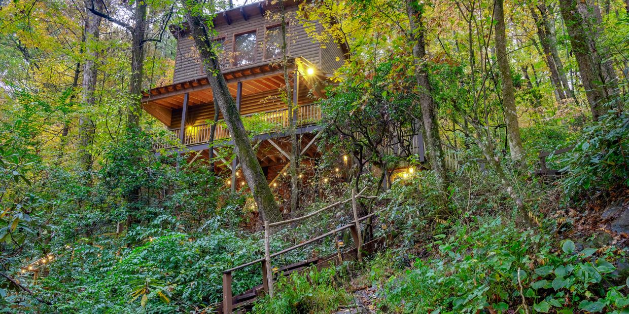 THE TREEHOUSE at Bear Creek Lodge and Cabins in Helen Ga Hot Tub  2 Queen/1 Twin Sleeps 5