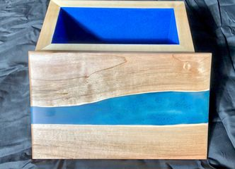Box with epoxy river lid