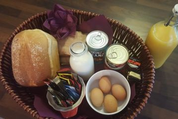 contains the following:-  Sausages, Eggs, Bacon, Baked Beans, Tinned Tomatoes, Fresh Bread and butte