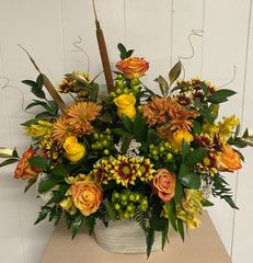 Feel the fall with a collection of yellow and high and magic roses. Laced with hypericum berries, an