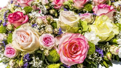 Susan-Dobinson-wedding-celebrant-officiant-luxury-global-UK-flowers-roses-Beautiful-Ceremonies