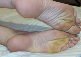 The nice US size 14 arches and wrinkled soles of Sassysquanch.