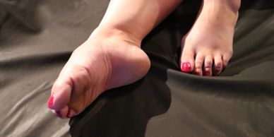 The red toes and right arch and sole of Amarillo's TabbyKat.