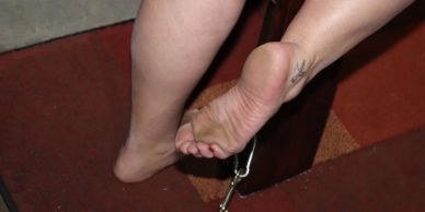 The slightly dirty right wrinkled sole and scrunched undertoes of Amarillo's TabbyKat.
