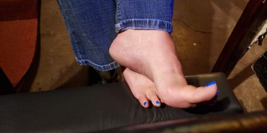 The nice left arch and blue toed bare feet of Mirage in some nice jeans.