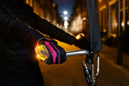 BISIGNAL Gloves. Pink. Blue. Bright LEDs Turn signal. Brake signal. Light. Visible. Bicycle gloves.