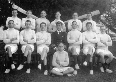 Ben Howells (3rd from right, rear row) with the 1914 winning cutter crew. (RAN).