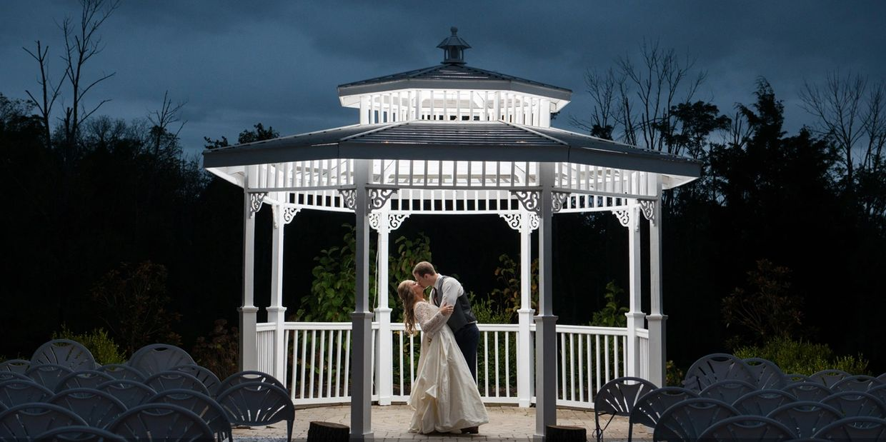 coupleoutdoorweddingvenuemagnoliaestatebarnrusticweddingevent