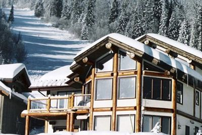 True ski in ski out! Blazer & Connector run funnel to back yard! Ski to main lifts. Outdoor hot tub.