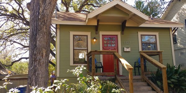 Short term housing doesn't get much cuter.   Charming extended stay lodging or monthly rental option.  Fully furnished housing.   Five minutes to downtown Austin.
