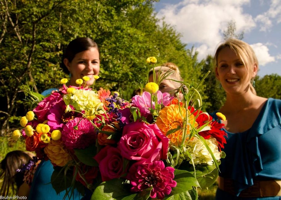 Bright bridesmaids bouquets - Bruhns Photo