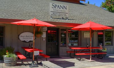 Spann Vineyards courtyard with picnic tables