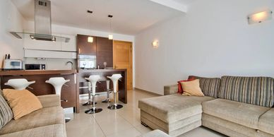 Exclusive use of 3rd floor modern spacious apartment (lift access). 2 en-suite bedrooms (2 dbl) 2 db