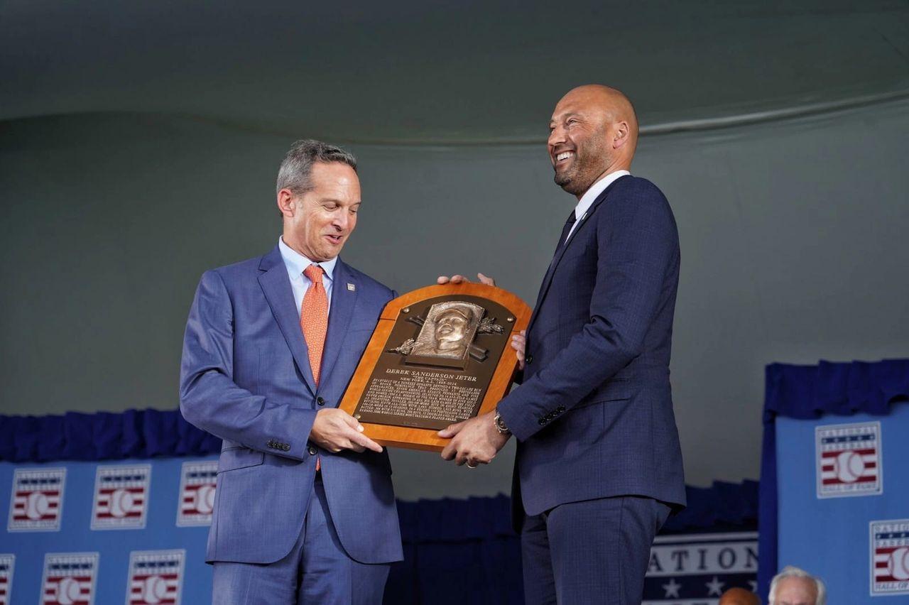 El gran capitán, DEREK JETER de los Yankees, recibiendo su placa que lo incluye en el monumento de los Inmortales de la MLB en el Salón De La Fama de Cooperstwam.