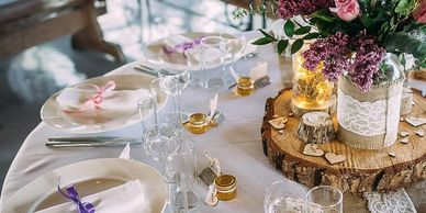 Tablecloths with rustic centerpieces and floral arrangement