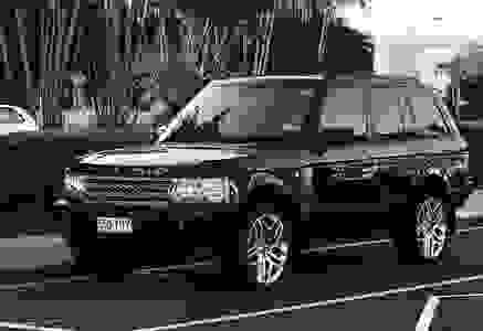 Range Rover outside Sunshine Coast Airport awaiting passengers for another Airport Transfer to Noosa