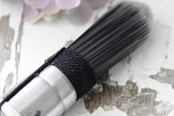 Lovely brush that's made from synthetic material. Allowing for easy application and quick cleaning.
