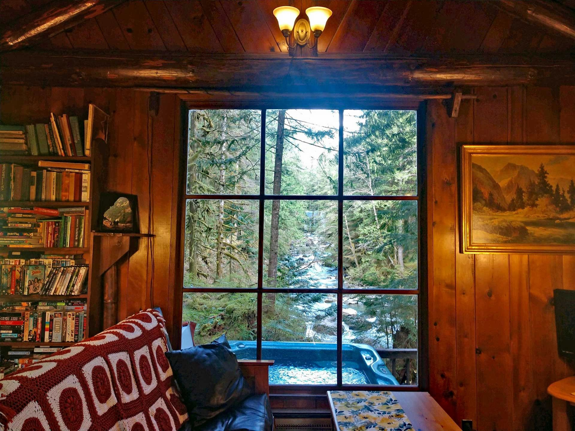 Riverfront vacation lodging cabin rental near Stevens Pass in WA State dog pet friendly with hot tub