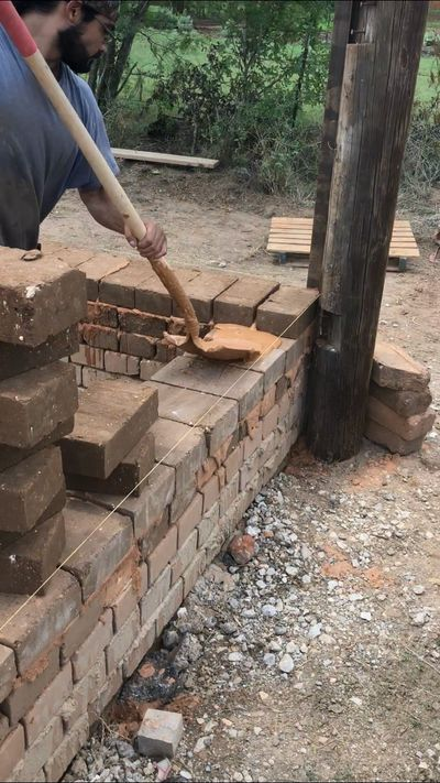Applying earthen slurry to earth block wall