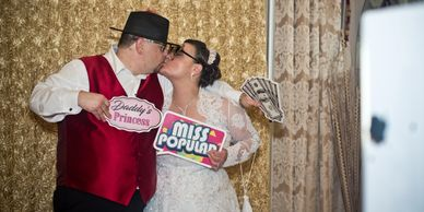 open booth, wedding, married couple, kissing couple, open air, open style photo booth