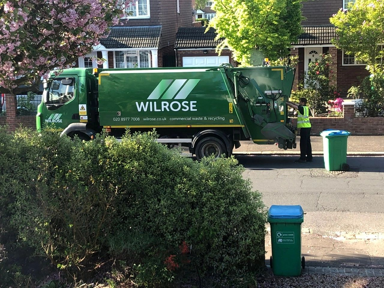 Green Waste dustcart emptying green waste bins in Richmond, Surrey and Middlesex.