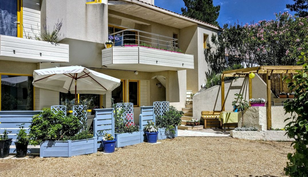 Attractive ground floor Apartment with its own garden and parking space. Almost adjoining the beach