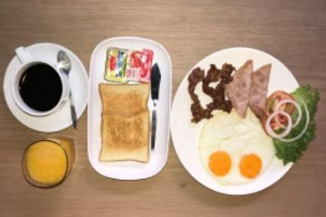 Golf Sea City guesthouse Hua Hin serve American Breakfast with eggs and bacon tea or coffee also in