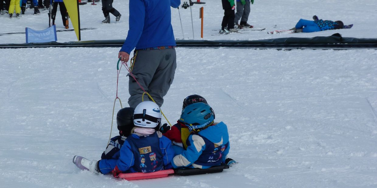 kids in ski school