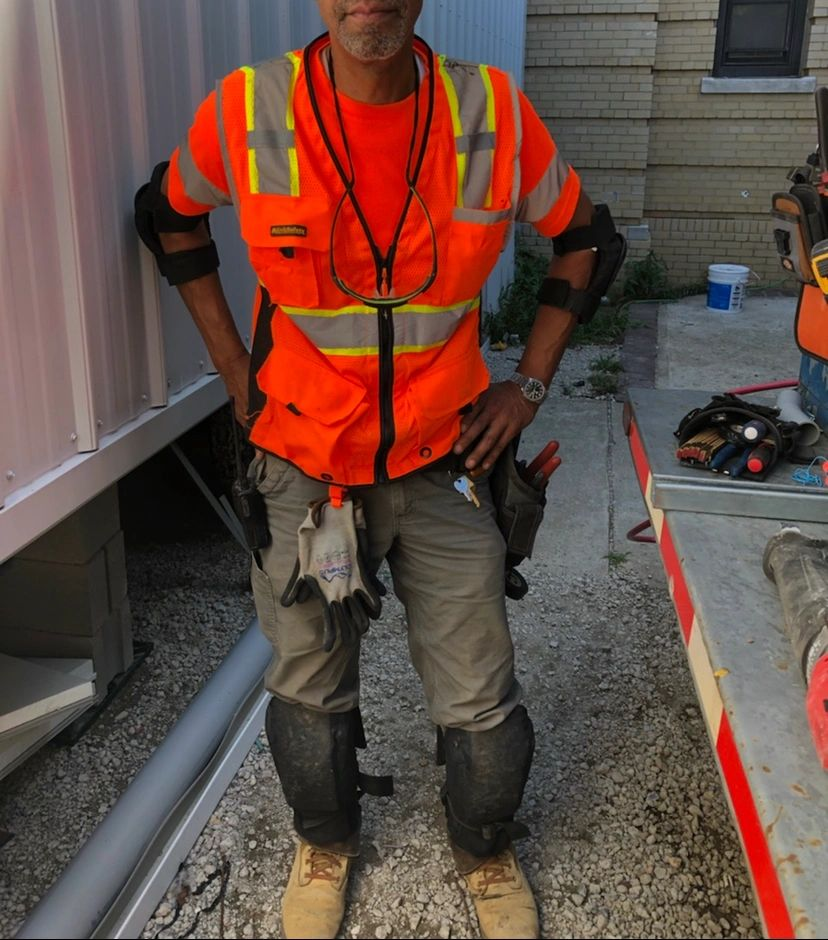 Construction worker in Bradz Self supporting knee pads. Professional worker in the best knee pads.