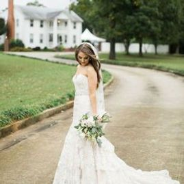 The Inn at Oak Lawn Farms offers outdoor wedding venue in classic southern plantation style.