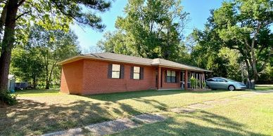 WELL KEPT HOME ON CORNER LOT WITH MANY EXTRAS. THIS 2 BEDROOM 2 BATH HOME HAS SCREENED IN PORCH, STO