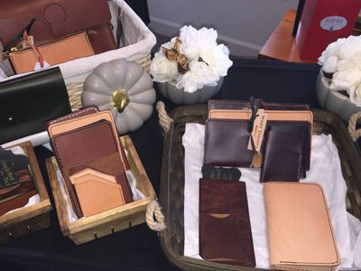 Leather wallets for men and women, custom leather bags, leather crossbody bags and leather totes.