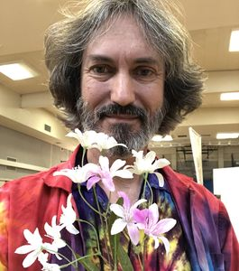 Alan The Amazing at a STEM show showing color changing flowers thanks to chemistry.