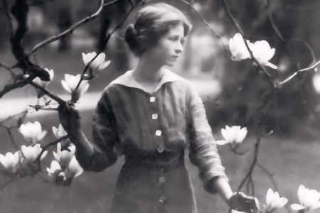 Image of Edna St. Vincent Millay as a young woman